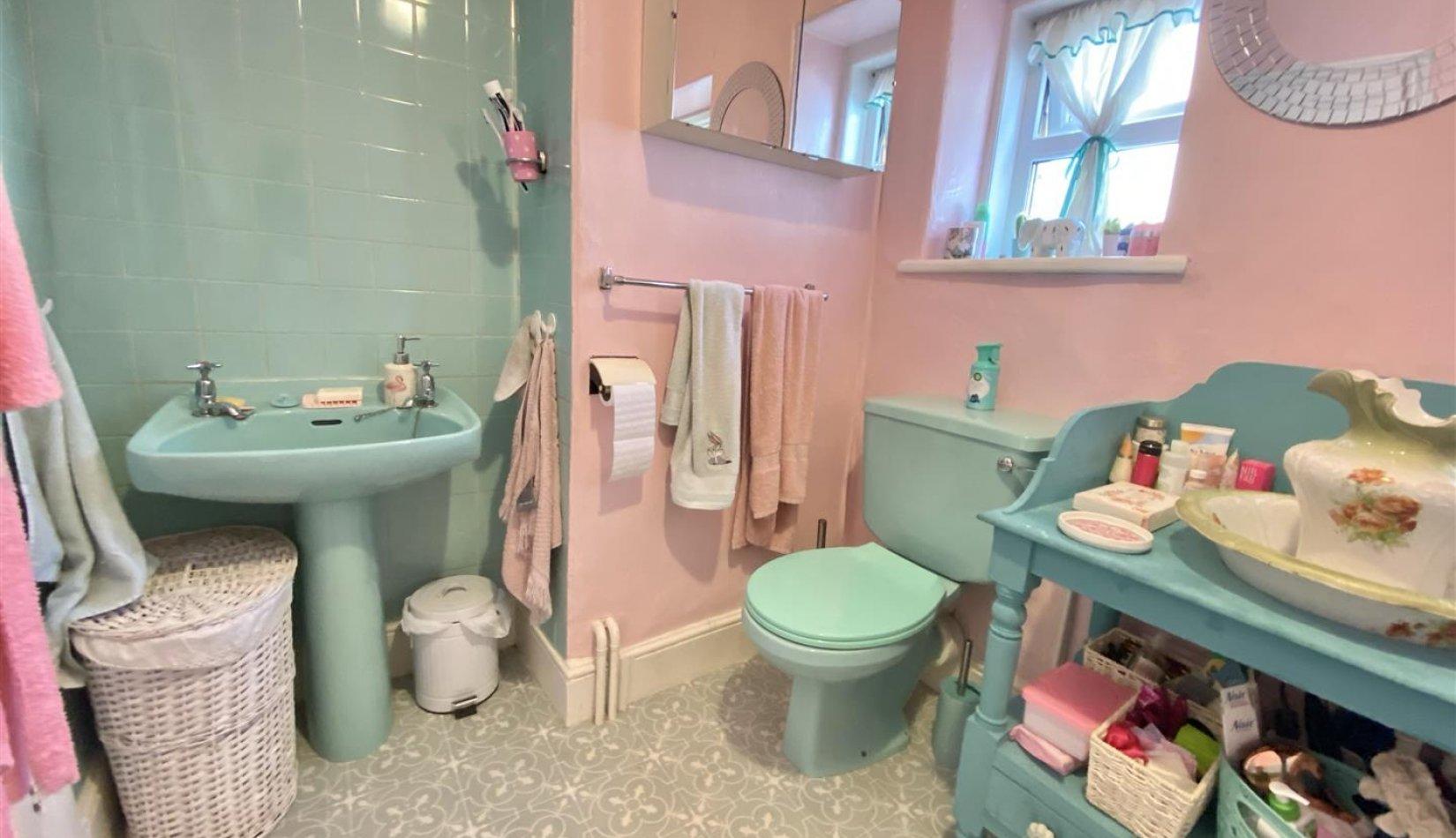 brynog bathroom pic 2.jpg