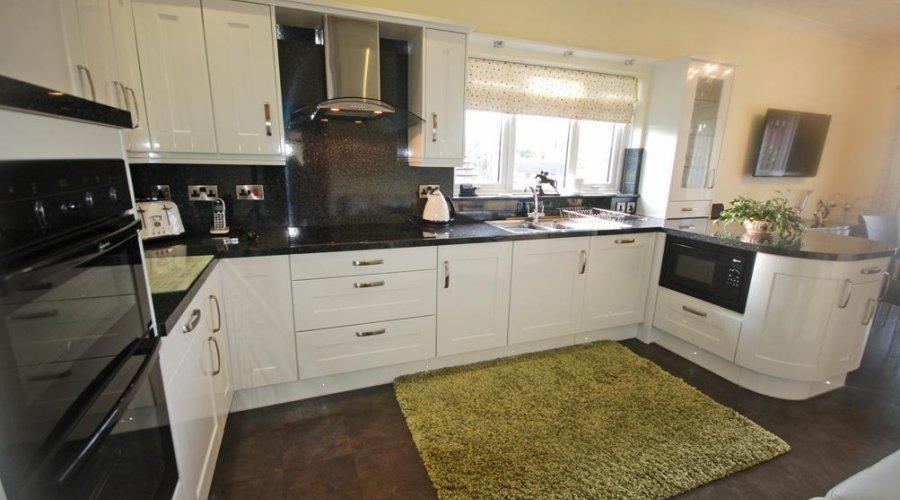 8 Bryneglur - kitchen b.jpg