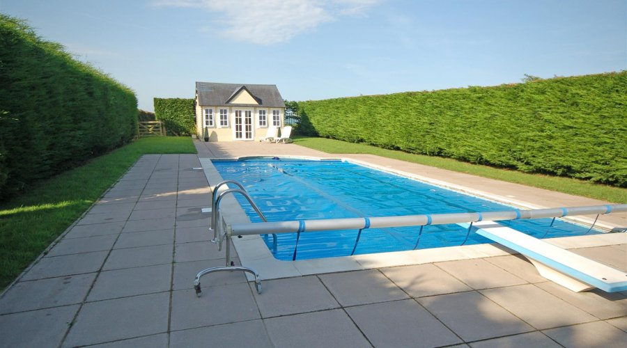 HEATED SWIMMING POOL & SUMMER HOUSE